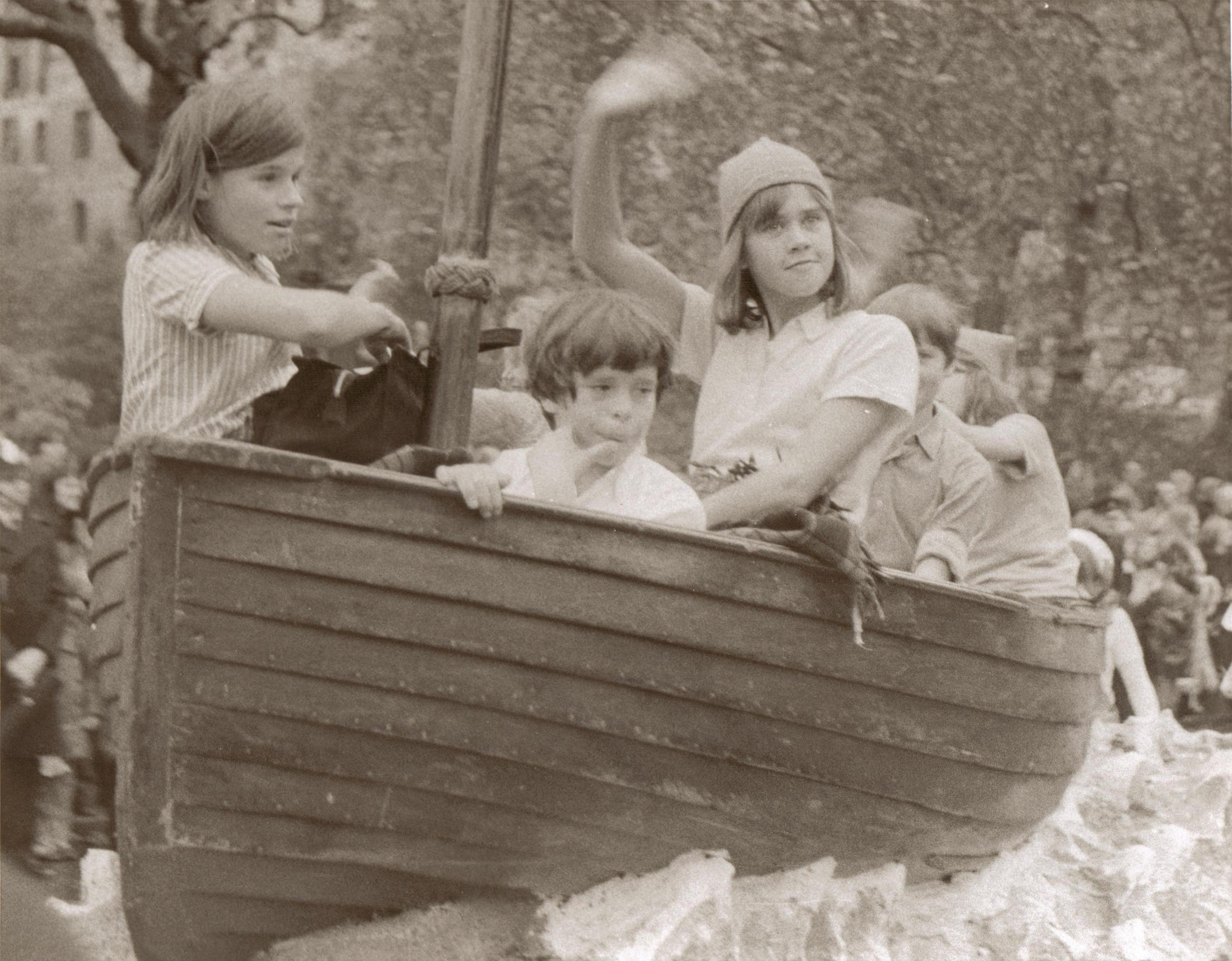 Suzanna Hamilton, Stephen Grendon, Leslie Bennett, Simon West and Kit Seymour sailing the streets of London in 'Swallow'