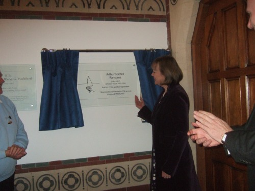 Unveiling the Arthur Ransome plaque at Rugby School