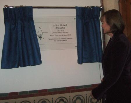 Sophie Neville unveiling a plaque to commemorate Arthur Ransome at Rugby School